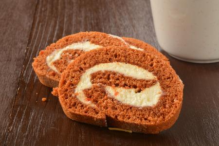 Plakken van een gastronomisch carrot cake broodje met een kopje koffie Stockfoto