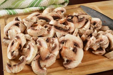button mushrooms: Sliced button mushrooms on a cutting board