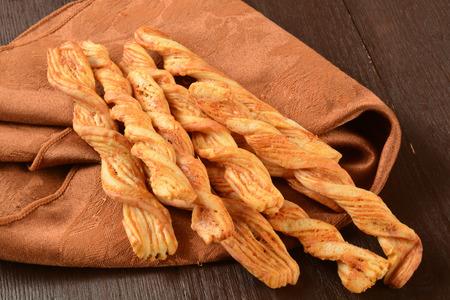 gressins: Bâtonnets de pain infusées avec fromage cheddar
