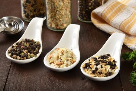 Spoonfuls of peppercorn, garlic salt and lemon pepper 版權商用圖片