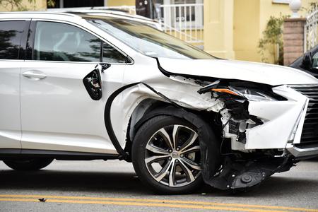 Een gesloopte auto op straat wachtend op een sleepwagen