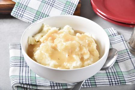 Una ciotola da portata di purè di patate condita con salsa di pollo