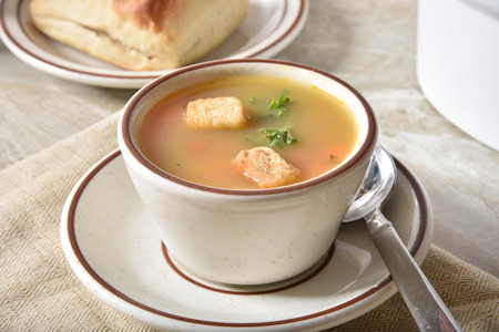 A cup of chicken and wild rice soup with garlic croutons Foto de archivo - 109652606