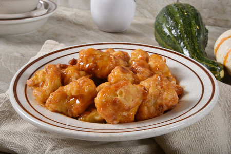 Organic cauliflower florets battered in Tumpura and mixed with a tangy Kung Pao sauce Standard-Bild