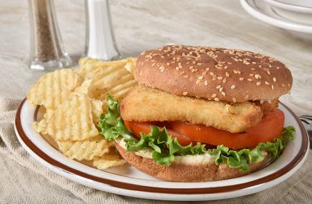 A fish sandwich with crispy potato chips. Stockfoto