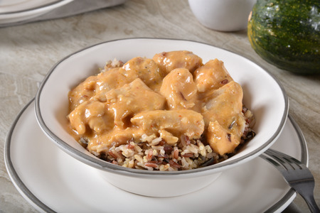 Delicious coconut red curry chicken on a bed of blended rice with quinoa Banque d'images
