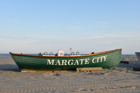 MARGATE, NEW JERSEY/USA - JUNE 27, 2019: A rowboat marks the Margate city section of beach in New Jersey, a popular travel destination Redactioneel