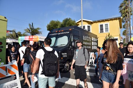 VENICE,  CA/USA - July 5, 2019: People flock to food trucks on Abbot Kinney Blvd on the First Friday celebration Redactioneel
