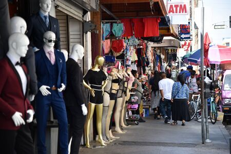 LOS ANGELES, CA/USA - JUNE 19, 2017: Throngs of shoppers clog the sidewalks in the Los Angeles Fashion District. Redactioneel