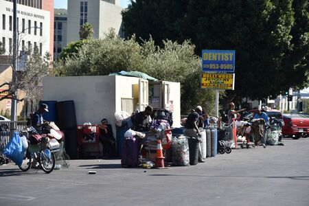 LOS ANGELES, CA/USA - JUNE 19, 2019: Homeless people at a recycling center cashing in cans and plastic bottles Redactioneel
