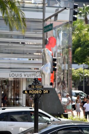 LOS ANGELES, CA/USA - July 8, 2019: This Rodeo Dr Street Sign & torso marks the beginning of the famous Rodeo Drive Walk of Style with fashion icons Redactioneel
