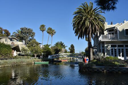 VENICE, CA/USA - JULY 18, 2019: Tourists strolling along the beautiful Venice Canals in Southern California Redactioneel
