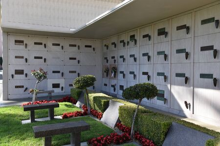 LOS ANGELES, CA/USA - MARCH 15, 2019:  Benches in front of Marilyn Monroe's Grave (one of the darker ones) at Pierce Brothers Morturary Redactioneel