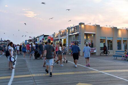 OCEAN CITY, NEW JERSEY/USA - JUNE 27, 2019: The famous boardwalk in Ocean City New Jersey is clogged with tourists Redactioneel