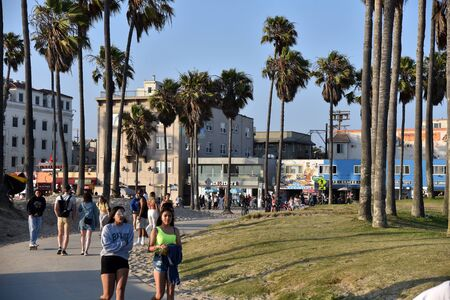 VENICE, CA/USA - JULY 5, 2019: Tourists stroll along the beach path called The Strand by the Venice Beach Boardwalk Redactioneel