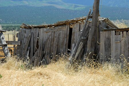 The remains of an old wooden barn in southwestern American ranchlands Stockfoto
