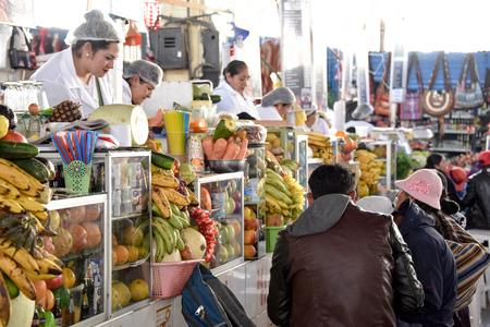 CUZCO, PERU - March 29, 2018: Fruit juice stalls in Mercado San Pedro market Редакционное