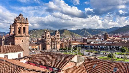 Vue panoramique sur la Plaza de Armas, la cathédrale et l'église Compania de Jesus à Cusco, Pérou