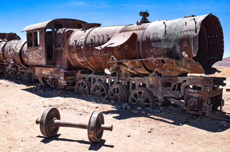 Rusting locomotives and other railroad machinery in the train cemetery, Uyuni, Bolivia Archivio Fotografico