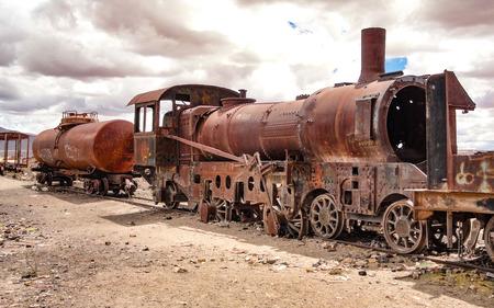 Locomotive arrugginite e altri macchinari ferroviari nel cimitero dei treni, Uyuni, Bolivia