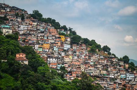 Vue sur les tentaculaires favelas de Rio de Janeiro, Brésil Banque d'images