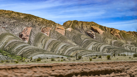 Espinar del Diablo (Devils Backbone), a rock formation created by tectonic plate movements near Humahuaca, Jujuy, Argentina 스톡 콘텐츠 - 101994704