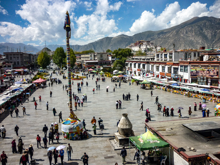 Lhasa, Tibet, China - Oct, 2010: Barkhor square from the rooftop of the Jokhang temple, with the Potala Palace in the background 新聞圖片