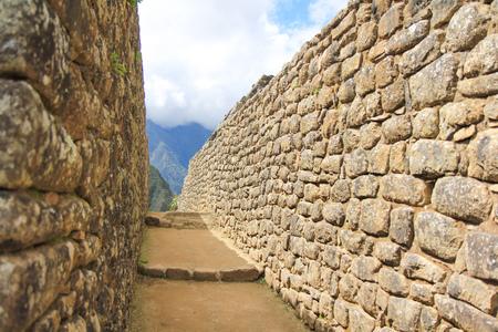 Terrazas de piedra y edificios en Machu Picchu, un antiguo sitio arqueológico Inca cerca de Cusco, Peru.