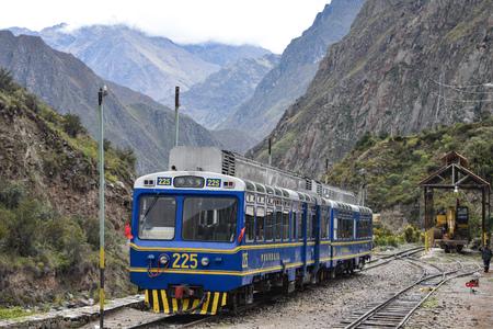 Cusco, Peru - Oct 15, 2019: A Peru Rail Expedition train travelling from Ollantaytambo to Machu Picchu Publikacyjne