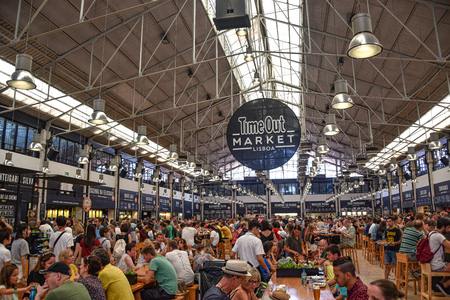 Lisbon, Portugal - July 23, 2019: Diners at the Time Out Market, a popular foodie attraction in Lisbon, Portugal 스톡 콘텐츠 - 129476653