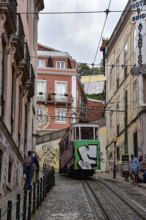Lisbon, Portugal - July 27, 2019: The Gloria Funicular (Ascensor da Gloria) near Bairro Alto station 新聞圖片