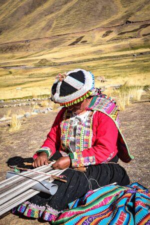 Quechua ladies weave traditional texiles using naturally dyed Alpaca wool. Chillca, Cusco, Peru Foto de archivo