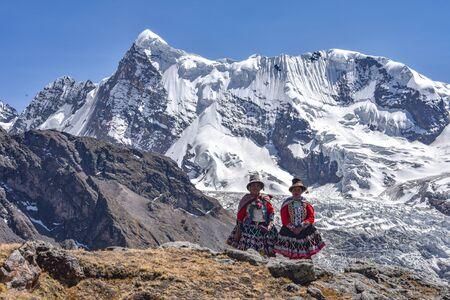 Quechua girls admire Andean mountain views on the Ausangate trail. Cusco, Peru Stok Fotoğraf