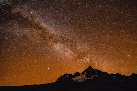 Milky Way and starry skies over Mt Ausangate and the Andes mountains. Cusco, Peru 免版税图像