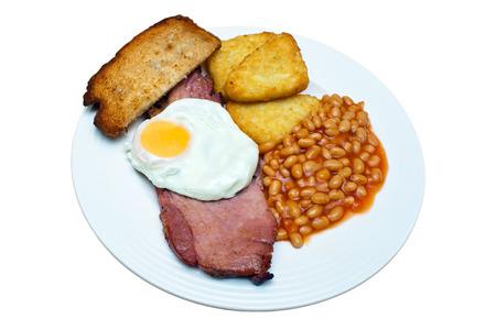 papas doradas: Gammon, huevo frito, frijoles, hash browns y el pan frito en un fondo blanco aislado con un trazado de recorte