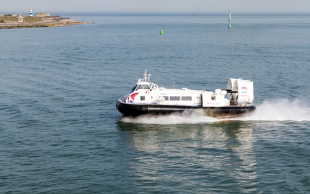 aéroglisseur: Portsmouth, Solent, UK - July 6, 2017: Hovercraft Solent Flyer GH-2160 approaching Portsmouth with passengers from the Isle of Wight