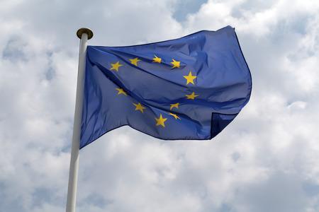 Bandiera dell'Unione europea che sventola contro un cielo nuvoloso