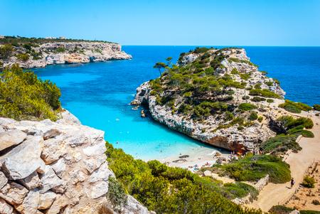 Calo des Moro, Majorka w słoneczny dzień z ludźmi na plaży