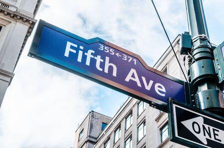 Blue 5th Avenue (Ave) Firmar desde un ángulo bajo, la luz del día, Nueva York NYC