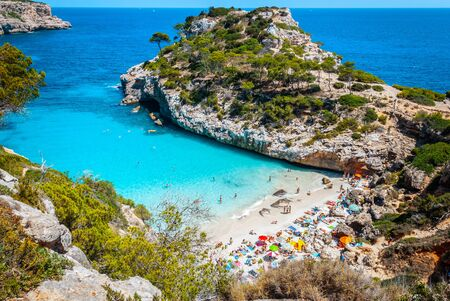 Calo des Moro beach, Mallorca, spain on a sunny day with people on the beach Imagens