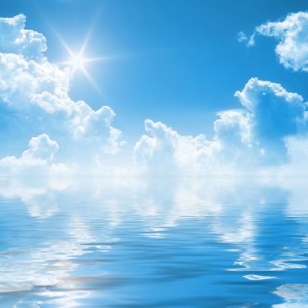cielo y mar: Un ejemplo de un claro cielo azul de fondo  Foto de archivo