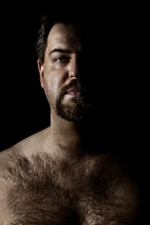 cabello casta�o claro: Una imagen de un hombre peluda en un estilo oscuro