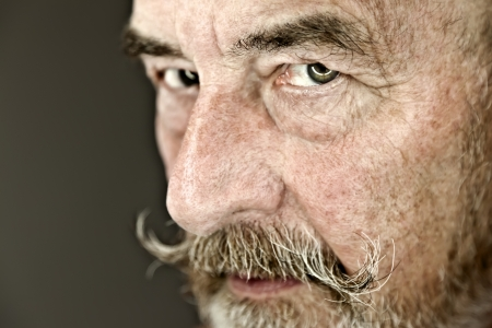 Ein alter Mann mit einem grauen Bart Standard-Bild - 9278622