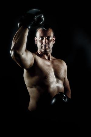 modern fighter: L'immagine di un uomo muscoloso in una posa eroica