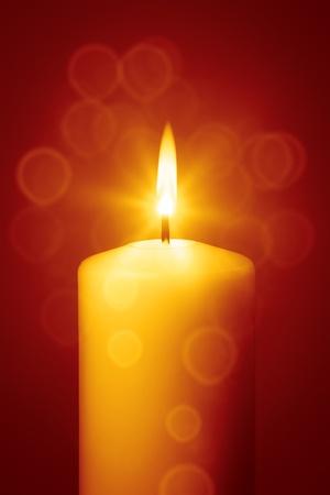 Ein Bild von einer schönen roten Weihnachtskerze Standard-Bild