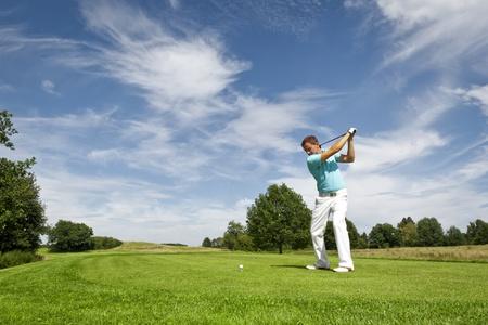 golfing: Een afbeelding van een jonge mannelijke golfspeler
