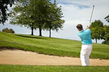 columpios: Una imagen de un jugador de golf masculino joven