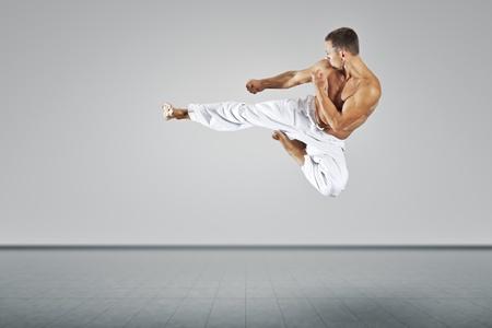 patada: Una imagen de un maestro de artes marciales Foto de archivo