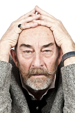 wanhopig: Een oude man met een grijze baard is hopeloos