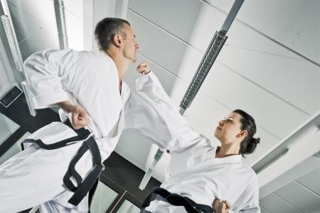 defensa personal: Una imagen de dos luchadores de artes marciales Foto de archivo